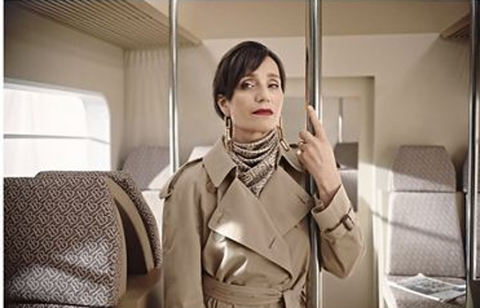El vídeo de Navidad de Burberry, con Naomi Campbell y su madre, Kristin Scott Thomas, M.I.A. y Matt Smith.