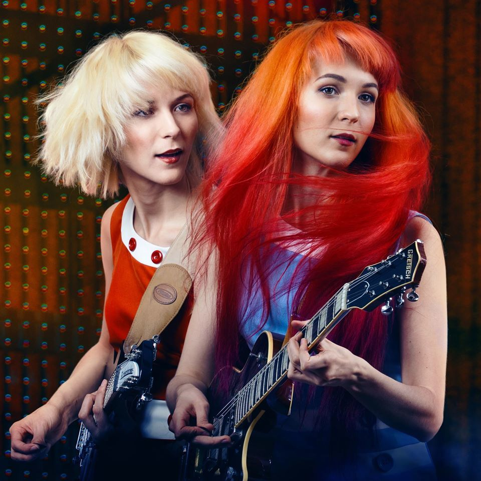imagen 1 de The MonaLisa Twins recrean con sus voces un villancico tradicional.