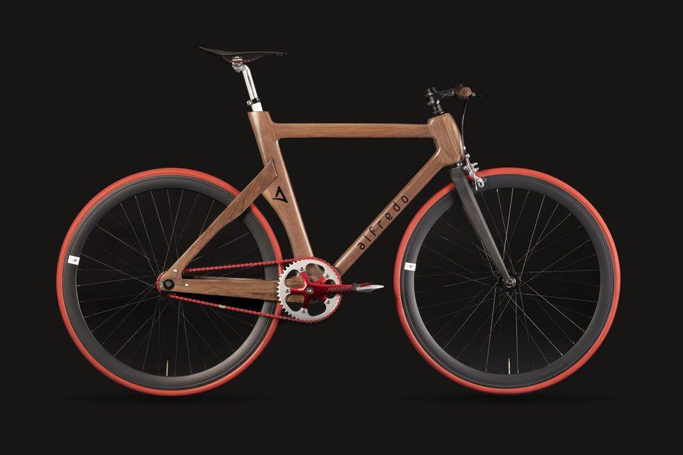 Las bicicletas de Alfredo son de madera.