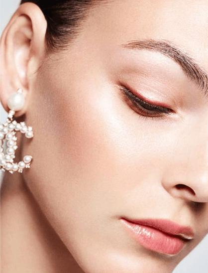 Vittoria Ceretti ilumina su rostro con las perlas de Chanel.